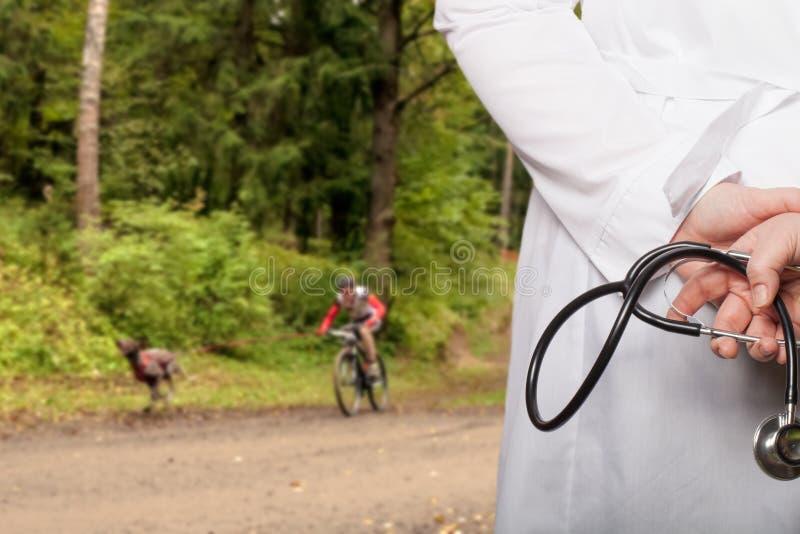 Doktorn satte hans händer med stetoskopet bak hans baksida på ett b royaltyfri bild