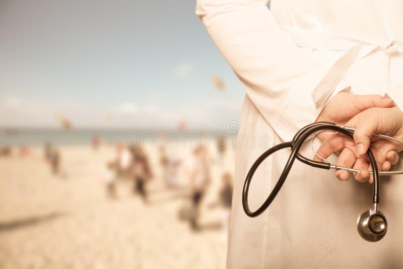 Doktorn satte hans händer med stetoskopet bak hans baksida på ett b arkivfoto
