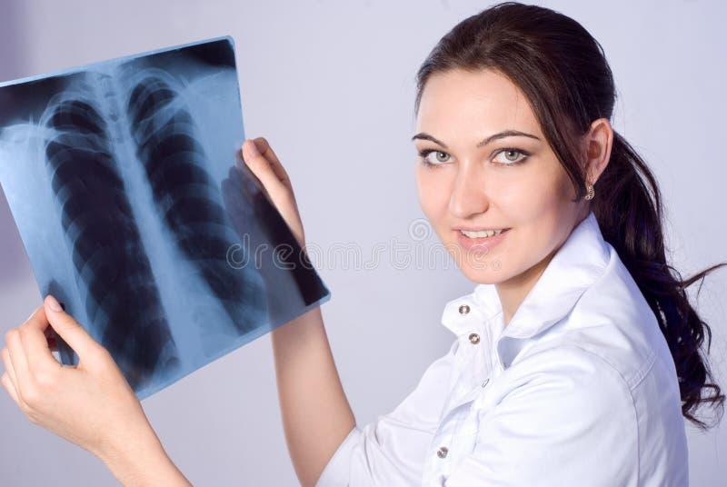 doktorn ser lungstrålen x royaltyfri foto