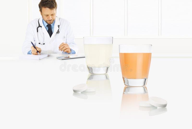 Doktorn skriver det medicinska receptet på ett skrivbordkontor med exponeringsglas- och huvudvärkstablettminnestavlor, förkylning royaltyfria foton