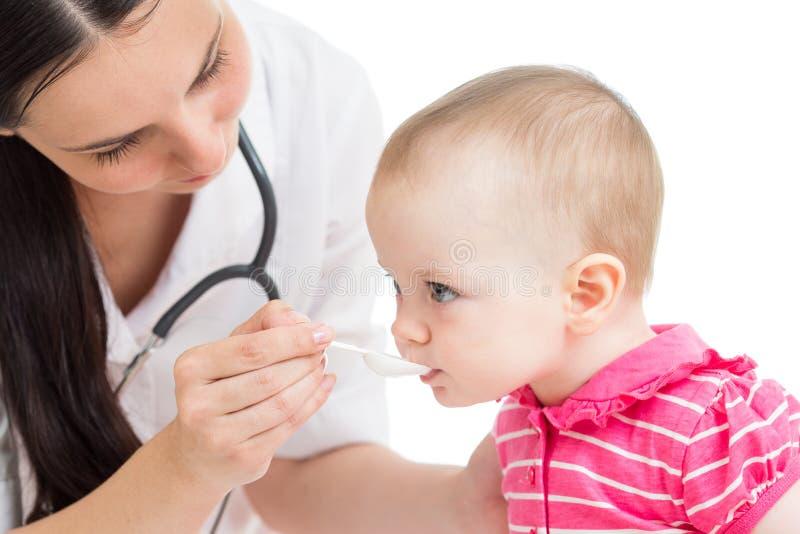 Doktorn som ger drogen till, behandla som ett barn flickan arkivbilder