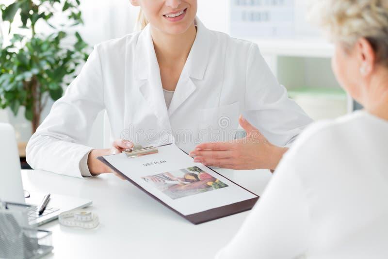 Doktorn som rekommenderar, bantar plan arkivbild