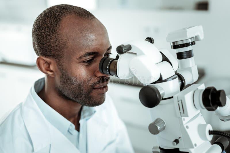 Doktorn specialiserade i tandstruktur observera det muntliga hålet royaltyfri bild