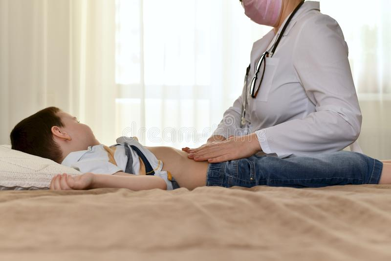 Doktorn undersöker barnbuken royaltyfri fotografi