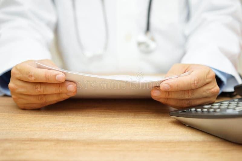 Doktorn undersöker diagnostiserar arkivfoto