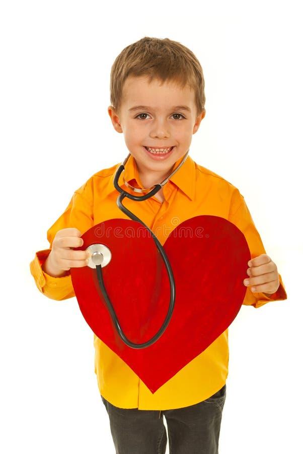 doktorn undersöker framtida lycklig hjärta royaltyfri fotografi