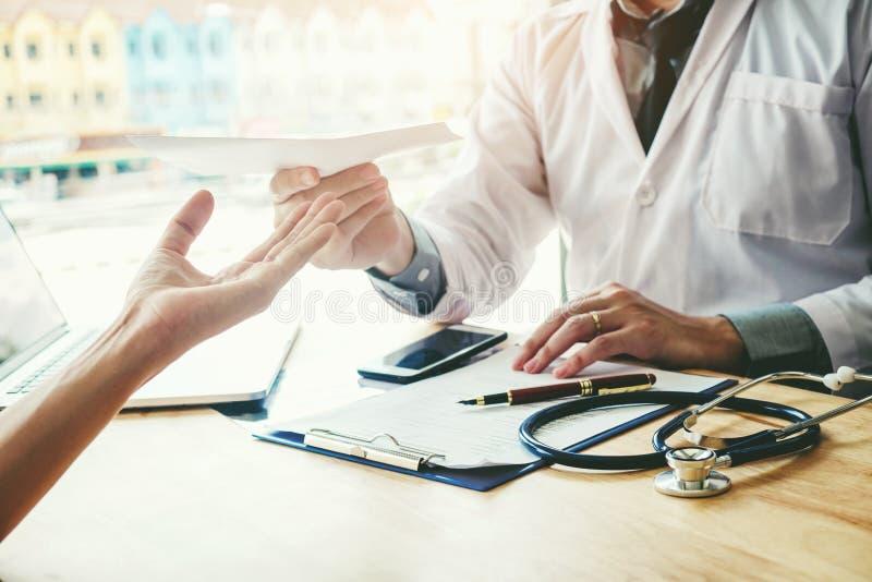 Doktors- eller läkarehandstildiagnos och ge en medicinsk presc royaltyfri bild
