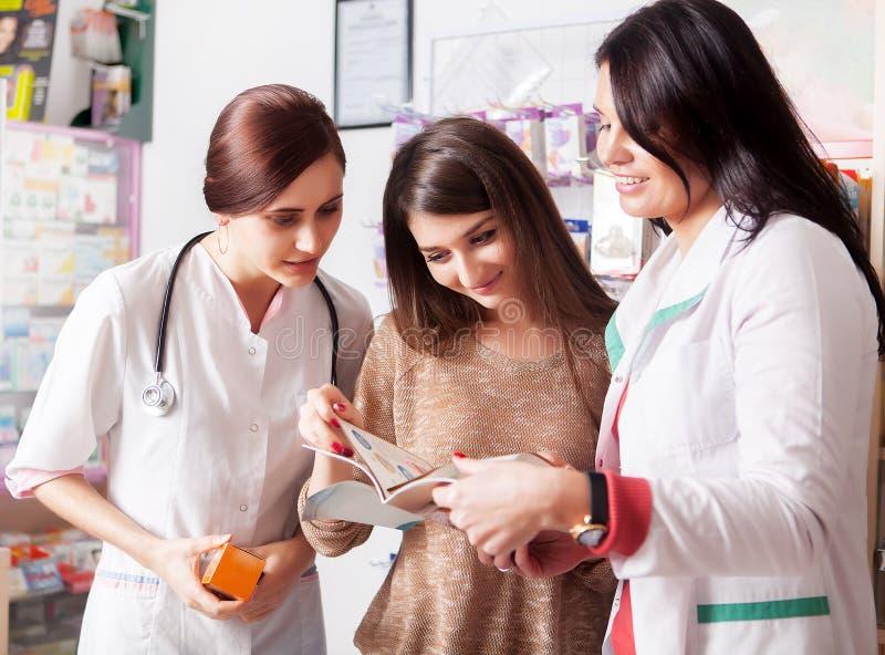 Doktors- och apotekarevisningkatalog till klienten royaltyfria foton