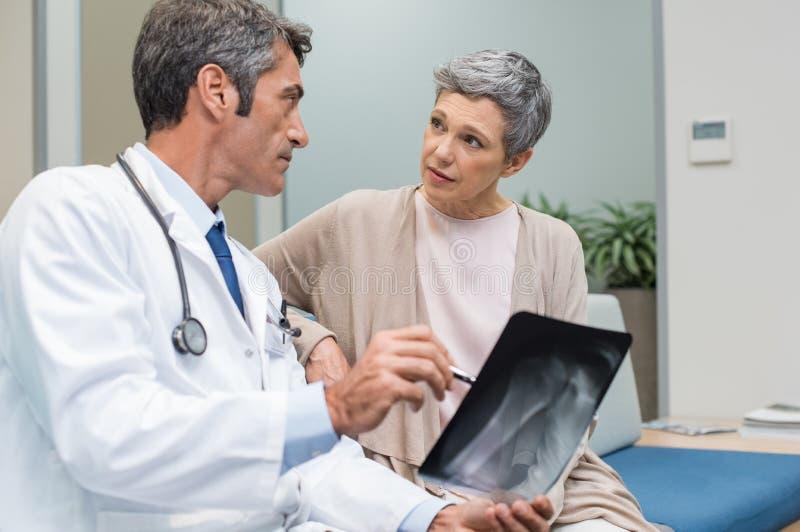 Doktors- och pensionärpatient royaltyfri bild