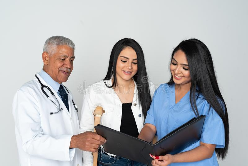Doktors- och sjuksk?terskaWith Patient On vit bakgrund royaltyfri fotografi