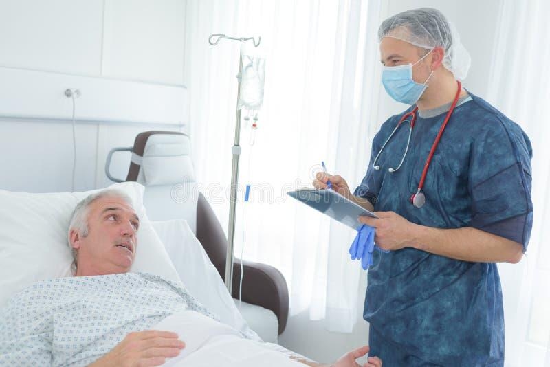 Doktorsbesök till den äldre patienten royaltyfri foto