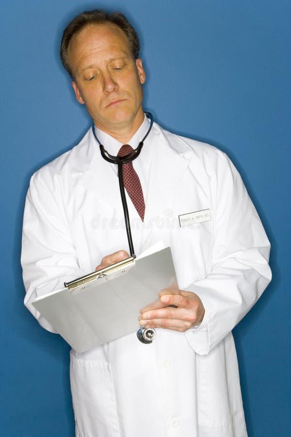 Doktorschreiben auf Klemmbrett lizenzfreie stockfotos