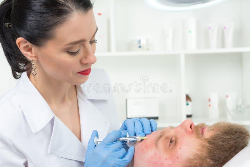 Doktorscosmetologisten gör den föryngra ansikts- injektionen arkivfoton