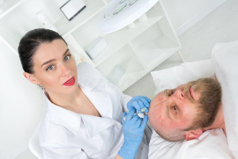 Doktorscosmetologisten gör den föryngra ansikts- injektionen royaltyfri bild