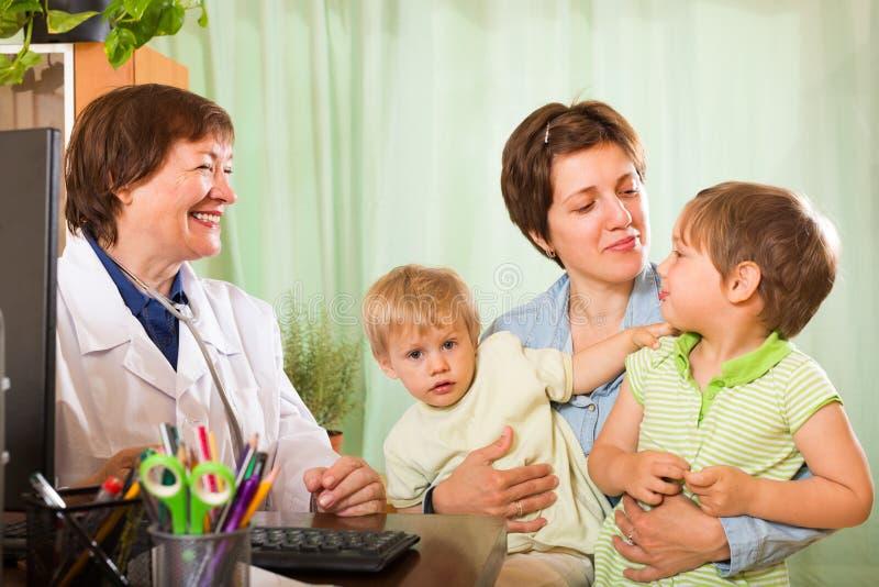 Doktorscy egzamininuje dzieci zdjęcie royalty free