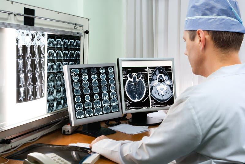 Doktorscy egzamininuje promieniowanie rentgenowskie wizerunki fotografia royalty free