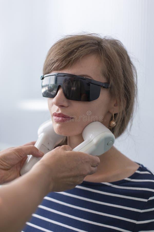Doktorscy sprawdza limfa guzki na cierpliwej ` s szyi i robić rozgrzewkowej procedurze obraz stock