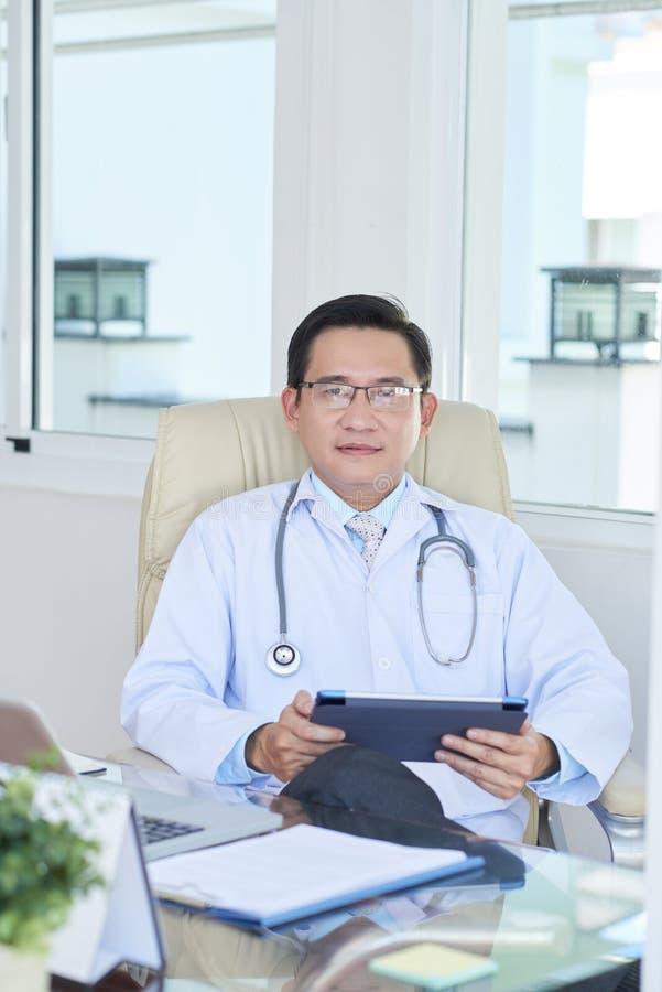 Doktorscy używa gadżety w pracie zdjęcia royalty free