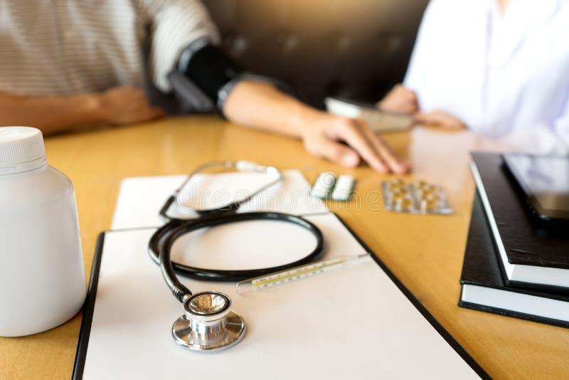 doktorscy wyjaśnia cierpliwi objawy lub pytać pytanie zdjęcie stock