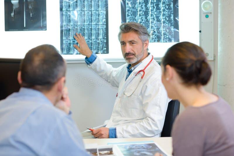 Doktorscy wyjaśnia xrays dobierać się zdjęcie stock