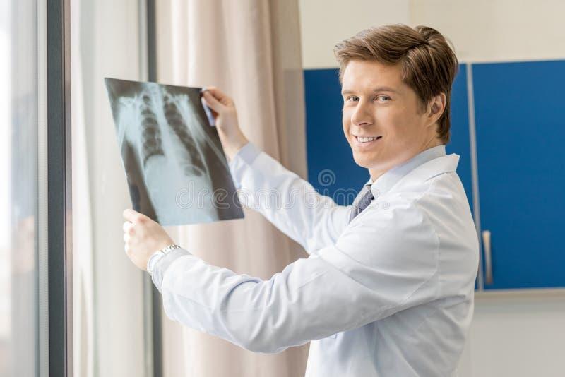 doktorsholdingstråle x royaltyfri bild