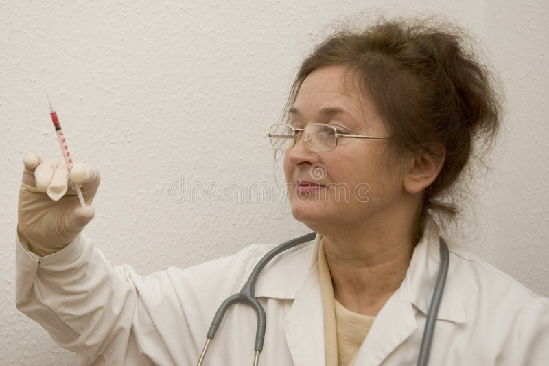 Doktorsinjektionsspruta Arkivbilder