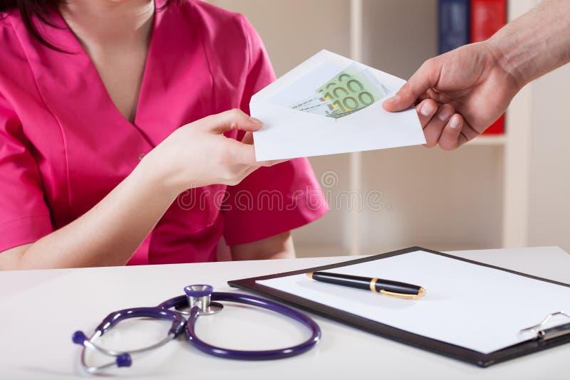 Doktorska bierze łapówka fotografia stock