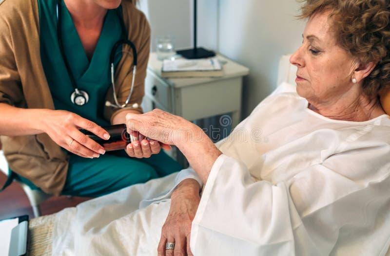 Doktorska daje lekarstwo dawka starszy pacjent zdjęcie royalty free