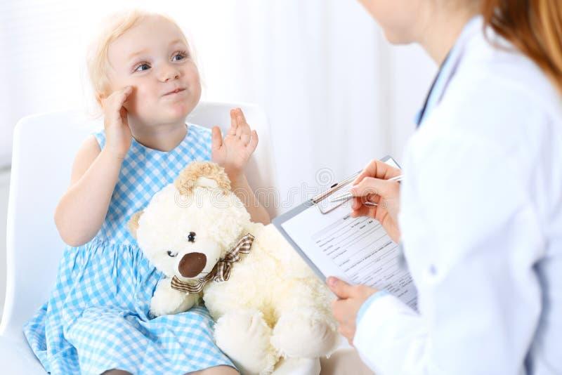 Doktorska i blondynka dziewczyna troszkę Zwykły zdrowie egzamin Medycyny i opieki zdrowotnej pojęcie obraz royalty free