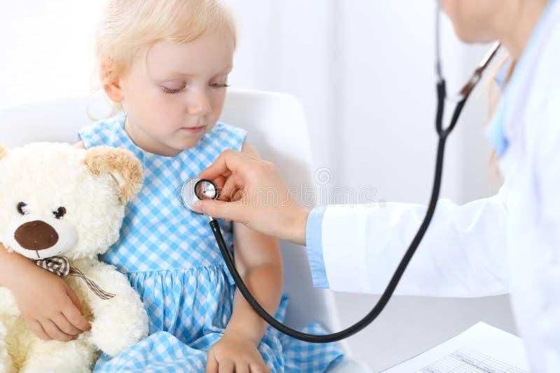 Doktorska i blondynka dziewczyna troszkę Zwykły zdrowie egzamin Medycyny i opieki zdrowotnej pojęcie obrazy royalty free