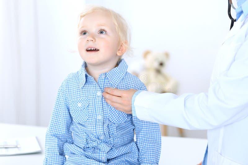 Doktorska i blondynka dziewczyna troszkę Zwykły zdrowie egzamin Medycyny i opieki zdrowotnej pojęcie zdjęcia royalty free
