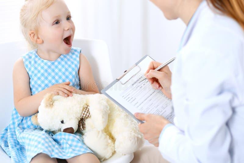 Doktorska i blondynka dziewczyna troszkę Zwykły zdrowie egzamin Medycyny i opieki zdrowotnej pojęcie zdjęcia stock