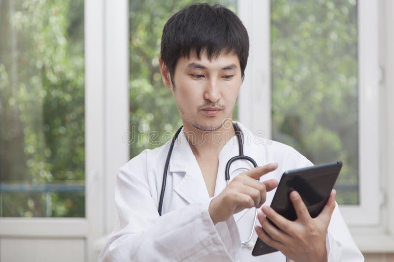 Doktorska i nowożytna technologia zdjęcia stock