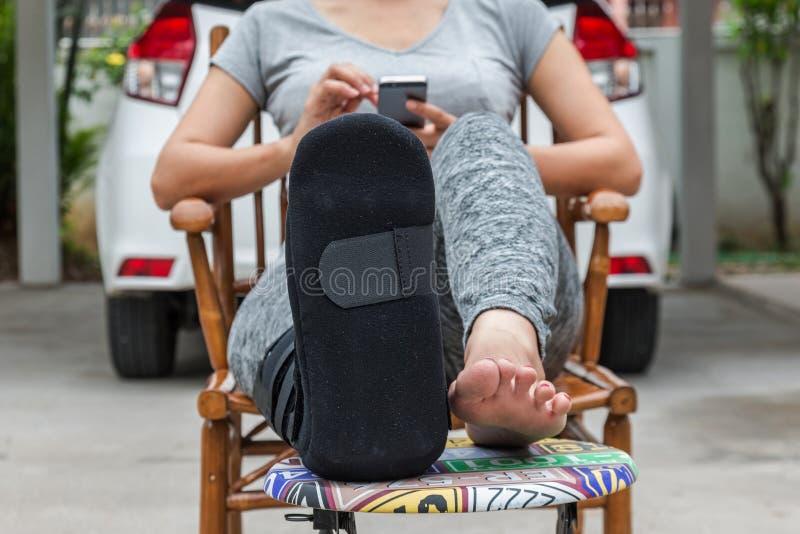 doktorska kobieta daje kobieta zastrzykowi w ręce zdjęcia stock