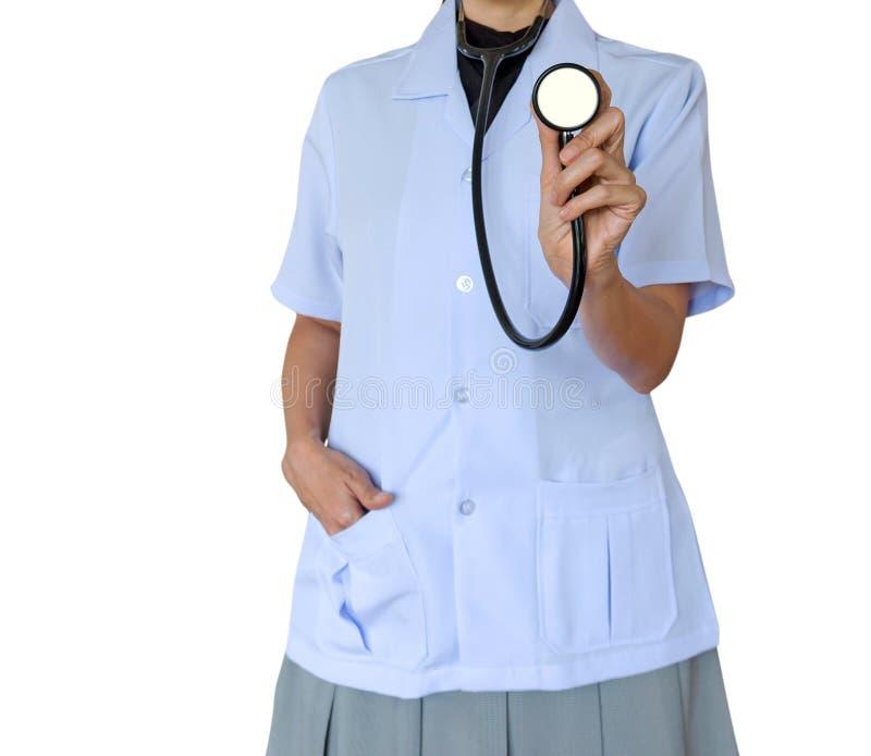 Doktorska kobieta jest ubranym białego medycznego mundur i trzyma stetoskopy odizolowywający na białym tle obraz stock