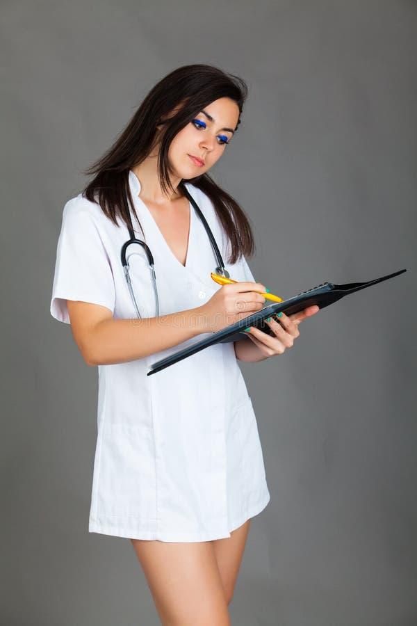 Download Doktorska Kobieta Na Popielatej Tło Dziewczyny Medycznego Personelu Serca Medycynie Zdjęcie Stock - Obraz złożonej z medycyna, kobieta: 53783812