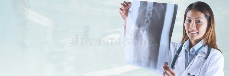 Doktorska kobieta patrzeje prześwietlenie przeciw zielonemu tłu fotografia royalty free