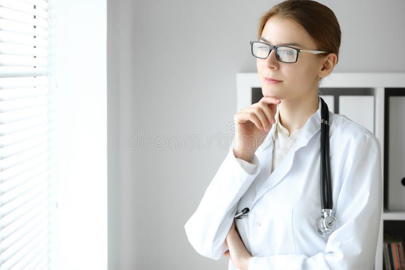 Doktorska kobieta przy pracą Portret żeński lekarz przy szpitalnym biurem Medycyny i opieki zdrowotnej pojęcie fotografia royalty free