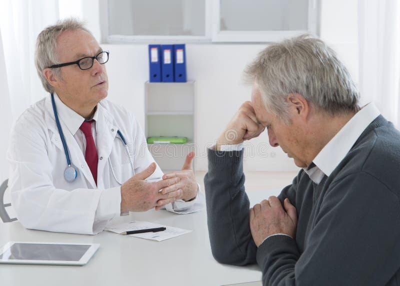Doktorska konsultacja z starszym mężczyzna zdjęcie royalty free