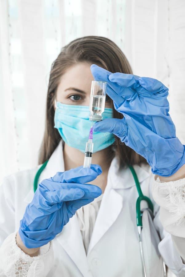 Doktorska lub pielęgniarka plombowania strzykawka fotografia stock