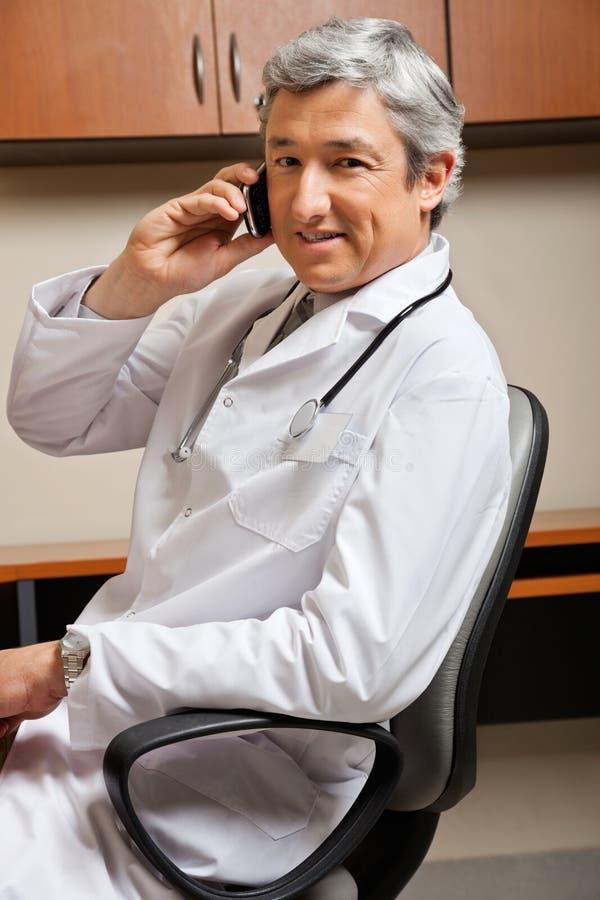 Doktorska odpowiadanie rozmowa telefonicza fotografia stock