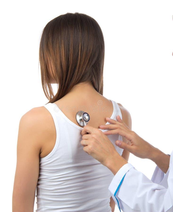 Doktorska pielęgniarka auscultating młodej cierpliwej kobiety stetoskopem obrazy royalty free