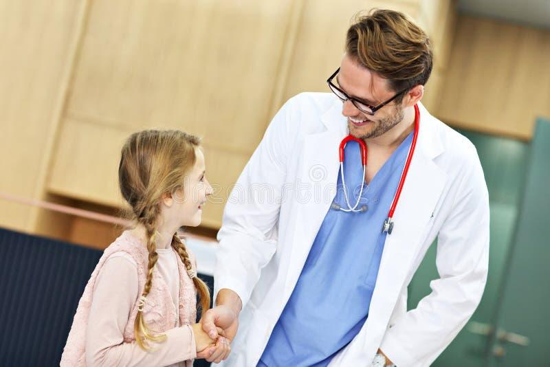 Doktorska powitalna młoda chłopiec w klinice obraz stock