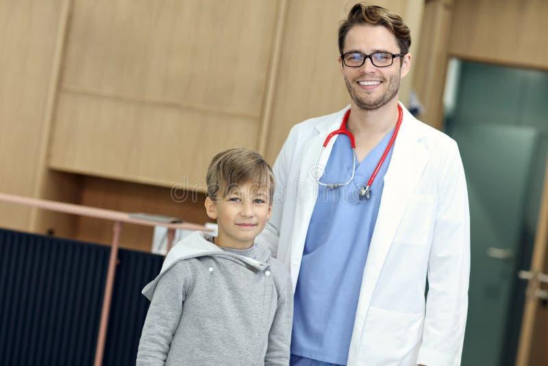 Doktorska powitalna młoda chłopiec w klinice fotografia royalty free
