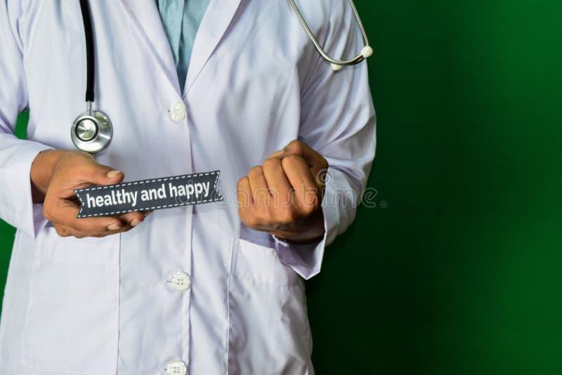 Doktorska pozycja na Zielonym tle Selekcyjna ostrość w ręce zdrowy i szczęśliwy papierowy tekst fotografia stock