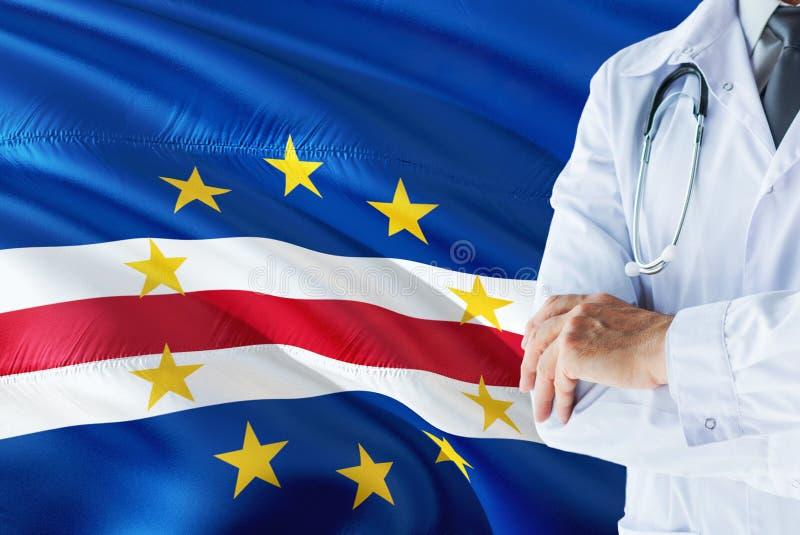 Doktorska pozycja z stetoskopem na przylądka Verde flagi tle Krajowy system opieki zdrowotnej poj?cie, medyczny temat obraz stock