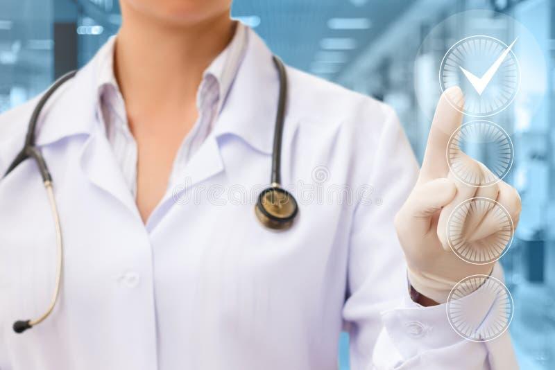 Doktorska ręka Sprawdza Sprawdza pudełko zdjęcie stock