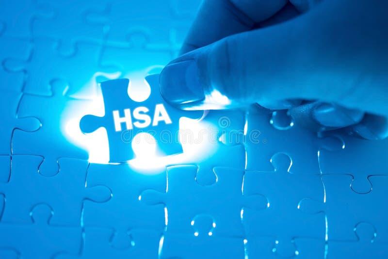 Doktorska ręka trzyma wyrzynarki łamigłówkę z zdrowie Savings Acc zdjęcia stock