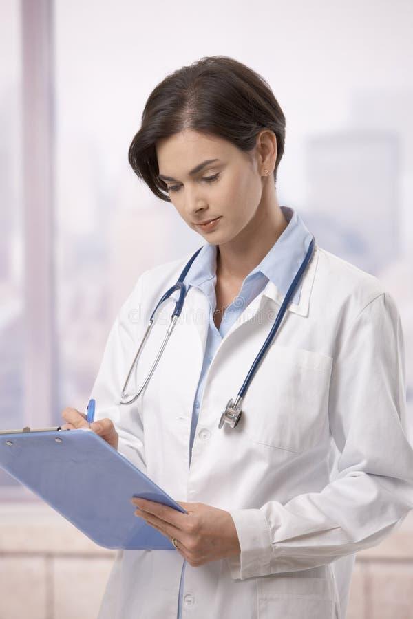 doktorska robi żeńska szpitalna papierkowa robota zdjęcie royalty free