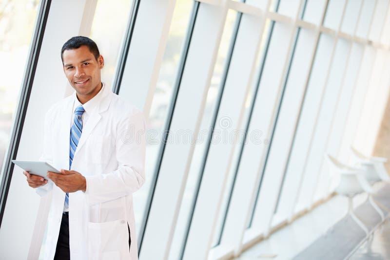 Doktorska Używa Cyfrowej pastylka W korytarzu Nowożytny szpital zdjęcia royalty free